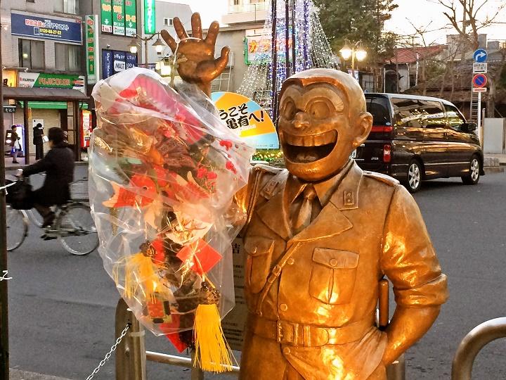亀有駅北口の年末年始の両さん像