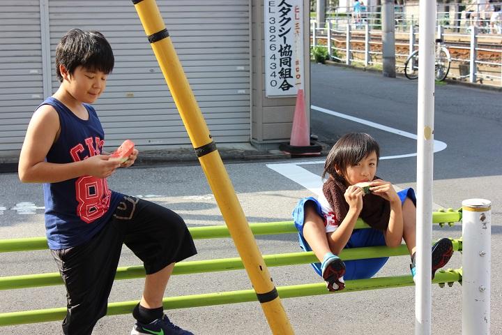 葛飾にある熊野ボクシングジムのスイカ割り