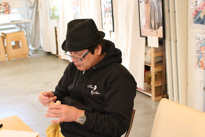 俺のしるこサンドアイスを食べる漫画家の平松伸二さん