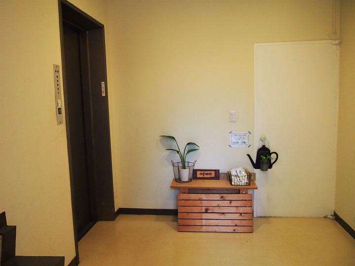 左がエレベーター。3階がカフェです。
